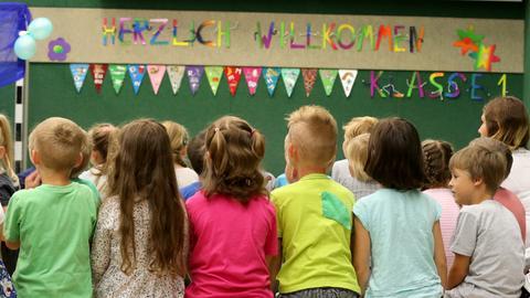 Mecklenburg-Vorpommern, Rostock: An der Grundschule «John Brinckman» werden am die Erstklässler begrüßt.