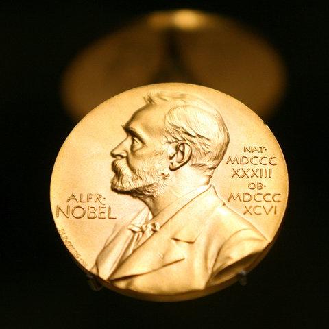 Eine Medaille mit dem Konterfei von Alfred Nobel ist am im Nobel Museum zu sehen.