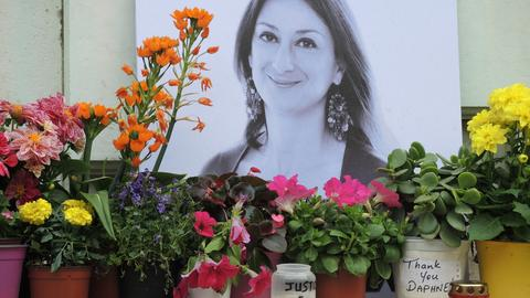 Malta, Valletta: Am Fuß eines Denkmals vor dem Justizpalast erinnert ein Foto an die ermordete maltesische Journalistin Daphne Caruana Galizia.