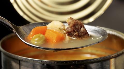 Ein gefüllter Esslöffel über einer geöffneten Dose mit Rindfleisch-Nudelsuppe. Die Deutschen haben offenbar aus Furcht vor dem Coronavirus in der vergangenen Woche massiv Hamsterkäufe bei Konserven und haltbaren Lebensmittel getätigt.