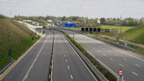 Auf der Autobahn A8 bei Ulm (Baden Wuerttemberg) staut sich normalerweise der Verkehr am Sonntag nach den Osterferien. Als Folge von Corona sind kaum Autos unterwegs.