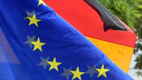 Fahnen der EU und der Bundesrepublik Deutschland in Karlsruhe