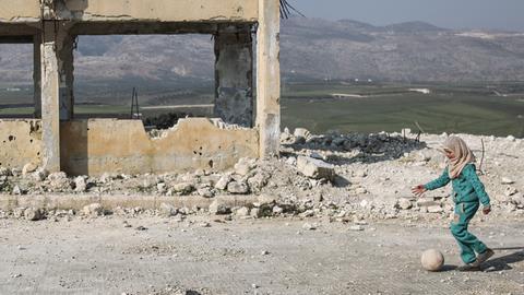 Syrien, Jisr al-Shughur: Kinder spielen in den Trümmern der schwer beschädigten Al-Kefir-Schule.
