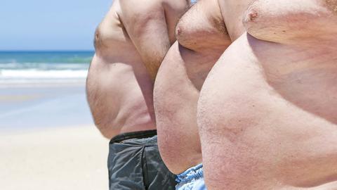 Drei fettleibigen Männer am Strand