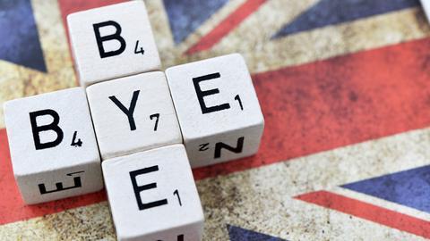ürfelbuchstaben formen den Schriftzug Bye-bye auf der Fahne von Großbritannien