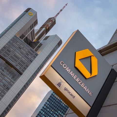 Wolken über dem Commerzbank Tower in Frankfurt am Main