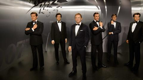 Die Wachsfiguren der James Bond-Darsteller (l-r) Sir Roger Moore, Timothy Dalton, Daniel Craig, Sir Sean Connery, George Lazenby und Pierce Brosnan stehen bei Madame Tussauds (undatierte Aufnahme).