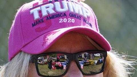 Eine Anhängerin von US-Präsident Trump wartet auf den Beginn einer Wahlkampfveranstaltung.