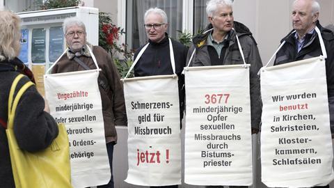 Missbrauchsopfer protestieren vor dem Morgengottesdienst zur Frühjahrs-Vollversammlung der Deutschen Bischofskonferenz im Hohen Dom St. Martin. Mainz, 03.03.2020