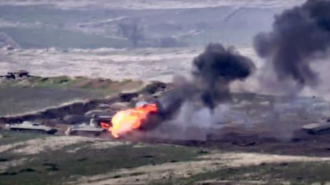 Dieses Bild stammt aus Aufnahmen, die das aserbaidschanische Verteidigungsministerium am Sonntag, dem 27. September 2020, veröffentlicht hat, und zeigt den Start einer aserbaidschanischen Rakete von einem Raketenwerfer an der Kontaktlinie der selbsternannten Republik Berg-Karabach, Aserbaidschan.