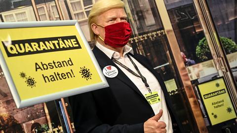 Die Wachsfigur des US-Präsidenten Donald Trump steht hinter einer Absperrung und Schildern mit der Aufschrift «Quarantäne Abstand halten» bei Madame Tussauds Berlin.