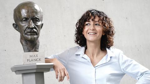 ie französische Genforscherin Emmanuelle Charpentier lehnt sich an eine Büste von Max Planck und gibt ein Statement, nachdem sie den diesjährigen Nobelpreis für Chemie zusammen mit J. A. Doudna gewonnen hat. Sie haben die Genschere Crispr/Cas9 maßgeblich entwickelt.
