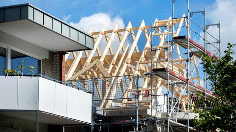 Oldenburg: Ein Gerüst steht vor dem Rohbau eines Mehrfamilienhauses im Stadtteil Eversten.