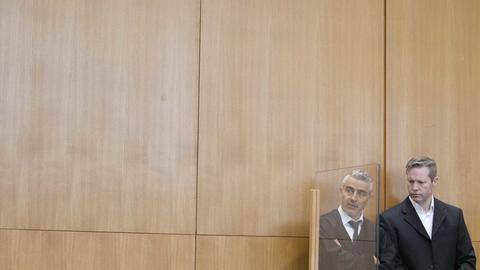 Der Hauptangeklagte Stephan Ernst (r), der des Mordes an dem Politiker Walter Lübcke beschuldigt wird, spricht vor dem Beginn der Verhandlung mit seinem Anwalt Mustafa Kaplan.