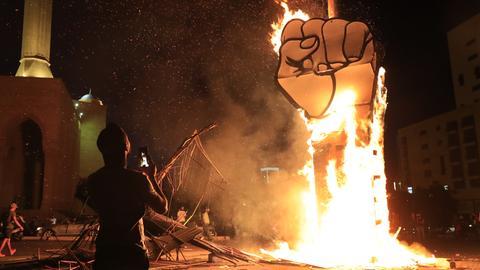 Beirut: Ein Protestsymbol wurde von Anhängern des ehemaligen Ministerpräsidenten Hariri in Brand gesetzt. In der libanesischen Hauptstadt kam es zu Demonstrationen zwischen zwei politischen Lagern. Kurz nachdem bekannt wurde, dass der ehemalige Ministerpräsident Hariri erneut zum Regierungschef ernannt werden könnte, fanden im Zentrum Beiruts Demonstrationen von Unterstützern und Gegnern Hariris statt.