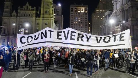Menschen nehmen an einem Demonstrationsmarsch für die Auszählung aller Stimmen teil.