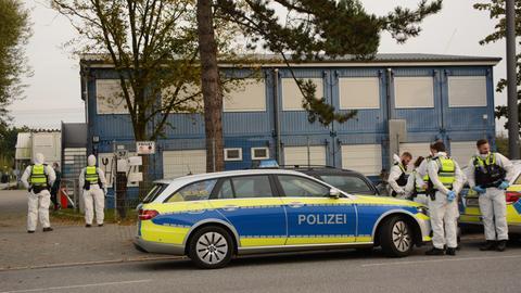 Eine Flüchtlingsunterkunft in Hamburg-Bergedorf wurde am Samstagnachmittag vermutlich wegen des Verdachts auf einen Corona-Ausbruch vom Bezirksamt Bergedorf unter Quarantäne gestellt. Niemand durfte das Gelände verlassen. Polizisten in Schutzkleidung sichern das Gelände.