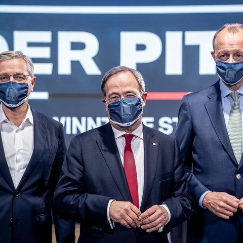 Die drei Kandidaten für den Bundesvorsitz der CDU, Armin Laschet (M), Friedrich Merz (r) und Norbert Röttgen (l) stehen nach einem Mitglieder-Talk der Jungen Union nebeneinander. Die JU startet mit dem Talk ihre interne Mitgliederbefragung zum Parteivorsitz.