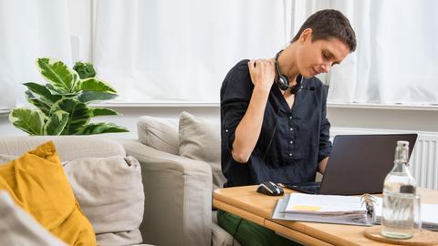 Eine Frau arbeitet am 30.10.2020 in Wittenberge auf einem Sofa im Home Office (gestellte Szene).