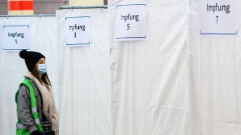 Eine Frau, die eine Impfprobantin darstellt, geht in eine Impfkabine. Die Gesundheitsministerin in Rheinland-Pfalz hat ein Probe-Impfzentrum besucht. Um den Aufbau, die Organisation und die Abläufe mit möglichen Impfungen gegen Covid-19 zu testen, hat Rheinland-Pfalz ein Probe-Impfzentrum in der Landeshauptstadt eingerichtet.