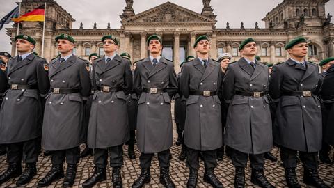 Rekrutinnen und Rekruten der Bundeswehr stehen beim großen öffentlichen Gelöbnis von Bundeswehrsoldaten vor dem Reichstagsgebäude