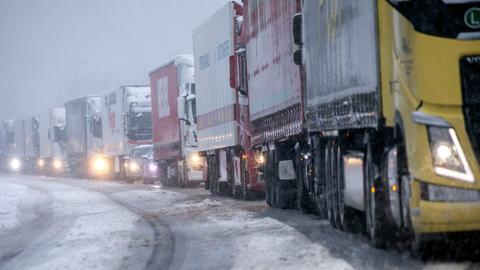 Lastwagen stauen sich auf der Autobahn A45 bei Lüdenscheid. Wie der Deutsche Wetterdienst (DWD) mitteilte, kam es vor allem im Rheinland und dem Ruhrgebiet schon am frühen Mittwochmorgen zu Schneefall und gebietsweise glatten Straßen.