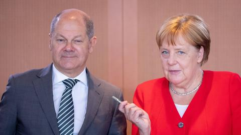 Bundeskanzlerin Angela Merkel (CDU) und Olaf Scholz (SPD), Bundesminister der Finanzen, nehmen an der Sitzung des Bundeskabinetts im Bundeskanzleramt teil. Die SPD will Vizekanzler Olaf Scholz zu ihrem Kanzlerkandidaten küren.