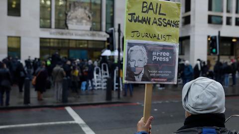 Ein Unterstützer vom Wikileaks-Gründer Assange hält vor dem Gericht Westminster Magistrates ein Plakat mit der Aufschrift «Lass Assange gegen Kaution frei».