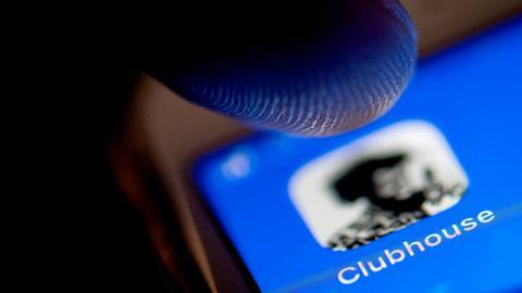 Das Logo der neuen Social-Network-App Clubhouse auf einem Smartphone