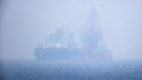 Das russische Rohr-Verlegeschiff «Fortuna» ankert auf der Ostsee vor dem Hafen von Rostock und ist im Nebel und Schneeregen kaum zu sehen. Das Spezialschiff soll für Bauarbeiten an der deutsch-russischen Ostsee-Gaspipeline Nord Stream 2 eingesetzt werden.