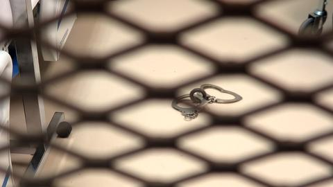 Ein Metallring, an dem man die Fußfesseln von Gefangenen festmachen kann, aufgenommen in einer medizinischen Einrichtung.