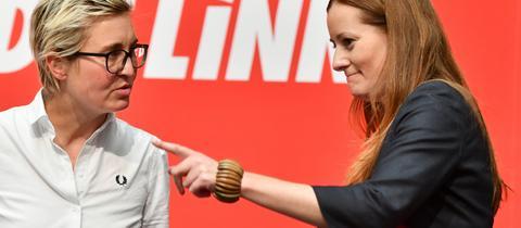 Susanne Hennig-Wellsow (l), Landesvorsitzende von Die Linke Thüringen, und Janine Wissler, stellvertretende Parteivorsitzende der Linken auf Bundesebene, stehen auf dem Landesparteitag der Linken Thüringen nebeneinander.