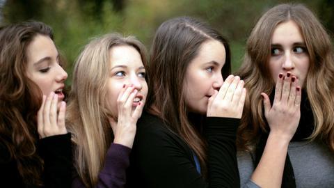 Marlene (l-r), Janne und Medea flüstern am 08.11.2009 in Hamburg ihrer Freundin Ella etwas ins Ohr.