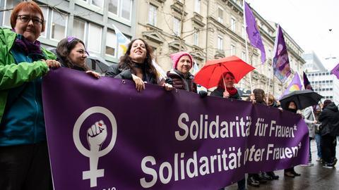 Personen demonstrieren anlaesslich der Kundgebung beim Weltfrauentag, am Freitag, 8. Maerz 2019, in Bern.