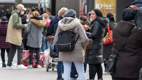 Mehrere hundert Meter lang ist die Warteschlange vor einem Kaufhaus in der Innenstadt von Mainz. Im Gegensatz zu anderen Bundesländern haben in Rheinland-Pfalz mit Inkraftreten der Corona-Lockerungen wieder fast alle Geschäfte geöffnet.