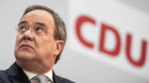Armin Laschet, CDU-Bundesvorsitzender und Ministerpräsident von Nordrhein-Westfalen, nimmt an einer Pressekonferenz im Konrad-Adenauer-Haus der CDU nach den Gremiensitzungen zu den Landtagswahlen in Baden-Württemberg und Rheinland-Pfalz teil.
