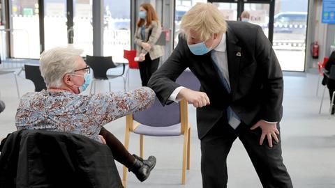 Der britische Premier Boris Johnson in einem Impfzentrum in Stoke-on-Trent