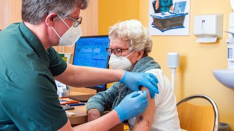 In seiner Hausarztpraxis impft Stefan Zutz die 95-Jährigen Patientin Ingeborg Ketelhohn mit dem Corona-Impfstoff AstraZeneca.