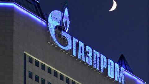 Das Gazprom-Logo leuchtet am Abend des 02.01.2009 auf dem Gebäude der Gazprom-Zentrale in Moskau (Archivfoto).