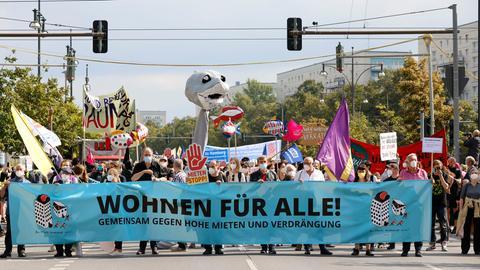 Demonstration 'Wohnen für Alle! Gemeinsam gegen hohe Mieten und Verdrängung' vom Alexanderplatz über die Straße Unter den Linden zum Großen Stern. Berlin, 11.09.2021