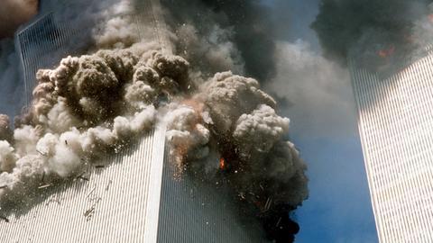 Der Südturm (l) des World Trade Centers stürzt nach den Terroranschlägen ein.