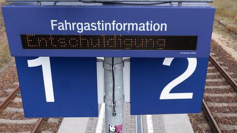 """Das Wort """"Entschuldigung"""" steht auf einer digitalen Anzeigetafel an einem Bahnsteig am Bahnhof Ottendorf-Okrilla Nord. Die Deutsche Bahn will beim Streik der Gewerkschaft Deutscher Lokomotivführer (GDL) deutschlandweit rund ein Viertel des normalen Fahrplans im Fernverkehr anbieten."""