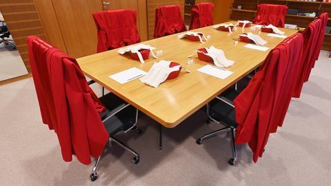 Im Beratungszimmer vor dem Sitzungssaal im Bundesverfassungsgericht liegen die Roten Roben der acht Bundesverfassungsrichter des Ersten Senat. Im September 2021 feiert das Bundesverfassungsgericht seinen 70. Geburtstag.