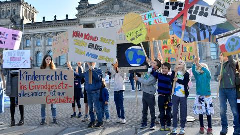 Fototermin anlässlich des Weltkindertags 2020 mit der Aktion 'Kinderrechte schaffen Zukunft' von UNICEF Deutschland und dem Deutschen Kinderhilfswerk vor dem Reichstagsgebäude. Berlin, 20.09.2020