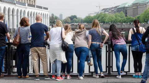Schüler und Lehrer stehen während einer Klassenfahrt am 12.05.2015 in Hamburg am Alsterfleet.