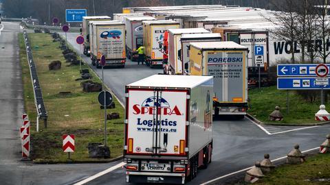 Dichter Verkehr am Autobahnkreuz Recklinghausen der A2 und der A43, Richtung Westen, Rastplatz Hohenhorst, übervoll mit Lastwagen