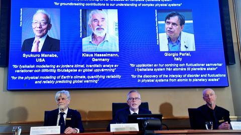 Der Generalsekretär der Königlich Schwedischen Akademie der Wissenschaften, Goran Hansson (M), flankiert von Thors Hans Hansson (l), Mitglied des Nobelkomitees für Physik, und John Wettlaufer (r), Mitglied des Nobelkomitees für Physik, gibt in der Königlich Schwedischen Akademie der Wissenschaften die Gewinner des Nobelpreises für Physik 2021 bekannt. Der Nobelpreis für Physik geht in diesem Jahr an den Deutschen Klaus Hasselmann, Syukuro Manabe (USA) und den Italiener Giorgio Parisi für physikalische Modelle zum Erdklima.
