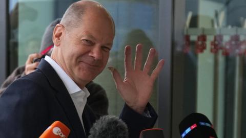 Olaf Scholz, SPD-Kanzlerkandidat und Finanzminister, kommt zu dem Tagungsort für die Sondierungsgespräche.