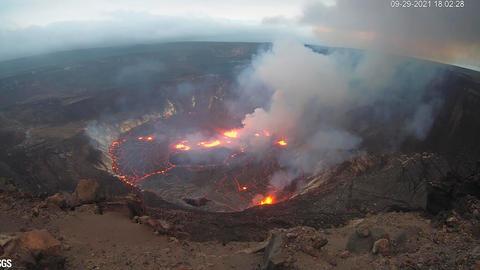 Dieses vom United States Geological Survey zur Verfügung gestellte Webcam-Bild zeigt eine Eruption, die im Halemaumau Krater auf dem Gipfel des Kilauea Vulkans auf der Insel Big Island begonnen hat.
