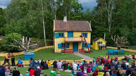 """Villa Kunterbunt, Zuschauer erleben eine Szene aus dem Kinderbuch """"Pippi Langstrumpf"""" der Kinderbuchautorin Astrid Lindgren, Themenpark Astrid Lindgrens Welt, Vimmerby, Smaland,"""